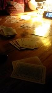 Super - Karten spielen und Wein trinken
